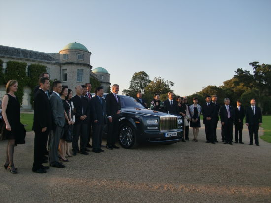 中国企业家造访英国名车劳斯莱斯总部。(图片来源:新浪财经)