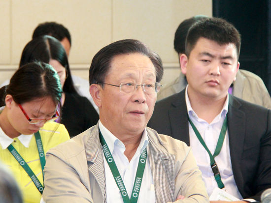"""""""2015中国绿公司年会""""于4月20日在沈阳举行。上图为北京绿创环保集团董事局主席姜鹏明。(图片来源:新浪财经刘海伟 摄)"""
