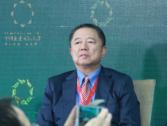 """""""2015中国绿公司年会""""于4月20日在沈阳举行。上图为建业地产股份有限公司董事局主席胡葆森。(图片来源:新浪财经 刘海伟 摄)"""
