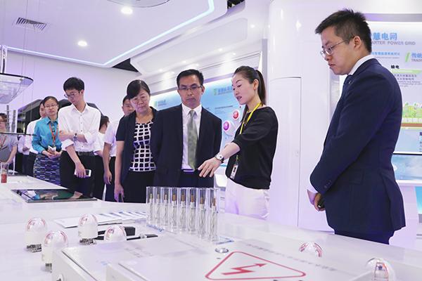 陈静(右二)、王帆(右一)介绍智慧能源产业情况